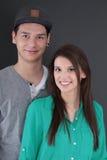 Retrato de un par joven feliz del adolescente en amor Fotografía de archivo