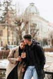 Retrato de un par romántico feliz que tiene resto con cofee fotos de archivo libres de regalías
