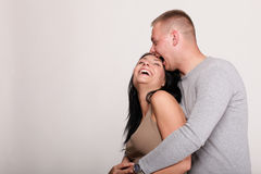 Retrato de un par sonriente feliz joven hermoso   Imagen de archivo libre de regalías