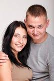 Retrato de un par sonriente feliz joven hermoso aislado Imágenes de archivo libres de regalías