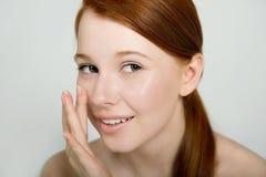 Retrato de un pelirrojo joven atractivo con la piel fresca limpia encendido Imagen de archivo libre de regalías