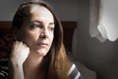 Retrato de un pensamiento de la mujer Foto de archivo libre de regalías