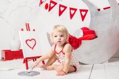 retrato de un pequeño bebé lindo en un estudio adornado del día de fiesta del día del ` s de la tarjeta del día de San Valentín fotografía de archivo