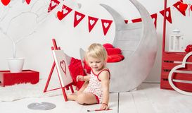 retrato de un pequeño bebé lindo en un estudio adornado del día de fiesta del día del ` s de la tarjeta del día de San Valentín imagen de archivo libre de regalías