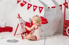 retrato de un pequeño bebé lindo en un estudio adornado del día de fiesta del día del ` s de la tarjeta del día de San Valentín imagenes de archivo