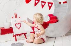 retrato de un pequeño bebé lindo en un estudio adornado del día de fiesta del día del ` s de la tarjeta del día de San Valentín foto de archivo libre de regalías