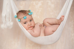 Retrato de un pequeño bebé recién nacido que miente en una hamaca Fotos de archivo libres de regalías
