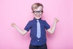 Retrato de un pequeño muchacho sonriente en vidrios y un lazo divertidos Escuela pre-entrenamiento Moda Retrato del estudio sobre fotos de archivo