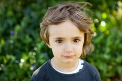 Retrato de un pequeño niño en el campo Fotografía de archivo