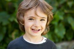 Retrato de un pequeño niño en el campo Foto de archivo