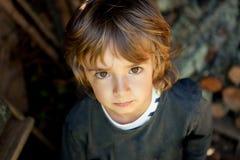 Retrato de un pequeño niño en el campo Imagen de archivo