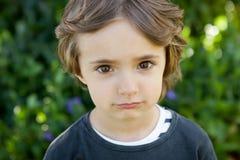 Retrato de un pequeño niño en el campo Fotografía de archivo libre de regalías