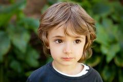 Retrato de un pequeño niño en el campo Fotos de archivo