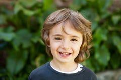 Retrato de un pequeño niño en el campo Imagen de archivo libre de regalías