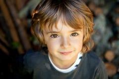 Retrato de un pequeño niño en el campo Imágenes de archivo libres de regalías