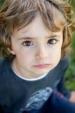Retrato de un pequeño niño en el campo Foto de archivo libre de regalías