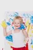 Retrato de un pequeño pintor sucio del niño Escuela pre-entrenamiento Educación creatividad imagen de archivo
