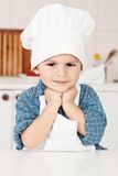 Retrato de un pequeños sombrero y delantal del cocinero imagen de archivo libre de regalías