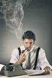 Retrato de un periodista hermoso con palabras que fuman Imagenes de archivo