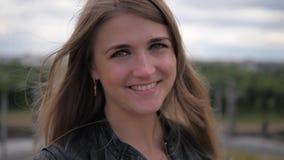Retrato de un primer atractivo sonriente bonito feliz del Blonde de la mujer joven almacen de video