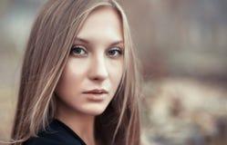 Retrato de un primer hermoso de la mujer joven imagenes de archivo