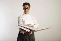Retrato de un profesor cansado con las carpetas Imágenes de archivo libres de regalías