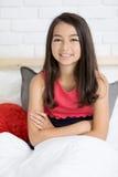 Retrato de un resto sonriente feliz hermoso de la muchacha en la cama Imagenes de archivo
