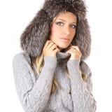 Retrato de un rubio encantador en un sombrero del invierno Imagenes de archivo