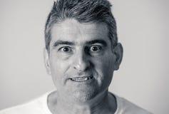 Retrato de un 40s maduro al hombre enojado 50s y del trastorno blanco que mira expresiones faciales de las emociones humanas furi imagen de archivo
