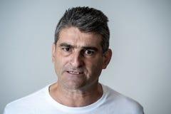 Retrato de un 40s maduro al hombre enojado 50s y del trastorno blanco que mira expresiones faciales de las emociones humanas furi foto de archivo