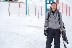 Retrato de un snowboarder de sexo femenino con el espacio de la copia Fotos de archivo libres de regalías