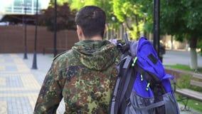 Retrato de un soldado con un bolso en su hombro Hogar de vuelta almacen de metraje de vídeo