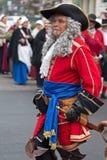 Retrato de un soldado medieval el ese marchar en la calle Fotos de archivo libres de regalías