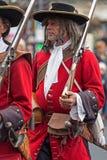 Retrato de un soldado medieval el ese marchar en la calle Imagenes de archivo
