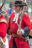 Retrato de un soldado medieval el ese marchar en la calle Fotografía de archivo