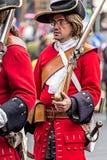 Retrato de un soldado medieval el ese marchar en la calle Foto de archivo