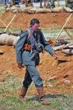 Retrato de un soldado que camina, él mira abajo Imagen de archivo libre de regalías