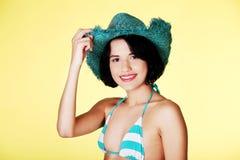 Retrato de un sombrero del verano de la mujer que lleva Imágenes de archivo libres de regalías