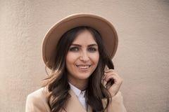 Retrato de un sombrero y de una capa que llevan de la muchacha Imagen de archivo