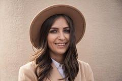 Retrato de un sombrero y de una capa que llevan de la muchacha fotografía de archivo libre de regalías