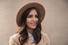 Retrato de un sombrero y de una capa que llevan de la muchacha imagen de archivo libre de regalías