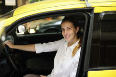 Retrato de un taxista de sexo femenino con su nueva casilla imagen de archivo libre de regalías
