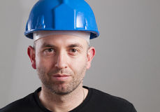 Retrato de un trabajador con la expresión serena Fotografía de archivo