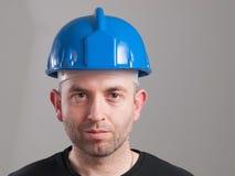 Retrato de un trabajador con la expresión serena Imagen de archivo libre de regalías