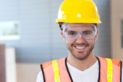Retrato de un trabajador de construcción feliz foto de archivo