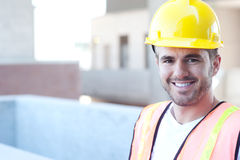 Retrato de un trabajador de construcción feliz fotos de archivo