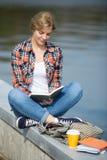 Retrato de un turco que se sienta de la muchacha en la lectura del puente Fotografía de archivo