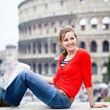 Retrato de un turista bonito, femenino en Roma Foto de archivo libre de regalías