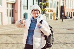 Retrato de un turista europeo caucásico joven de la mujer en los vidrios para la vista de un sombrero blanco y abajo de una chaqu fotos de archivo