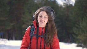 Retrato de un turista feliz en bosque asunny del invierno metrajes